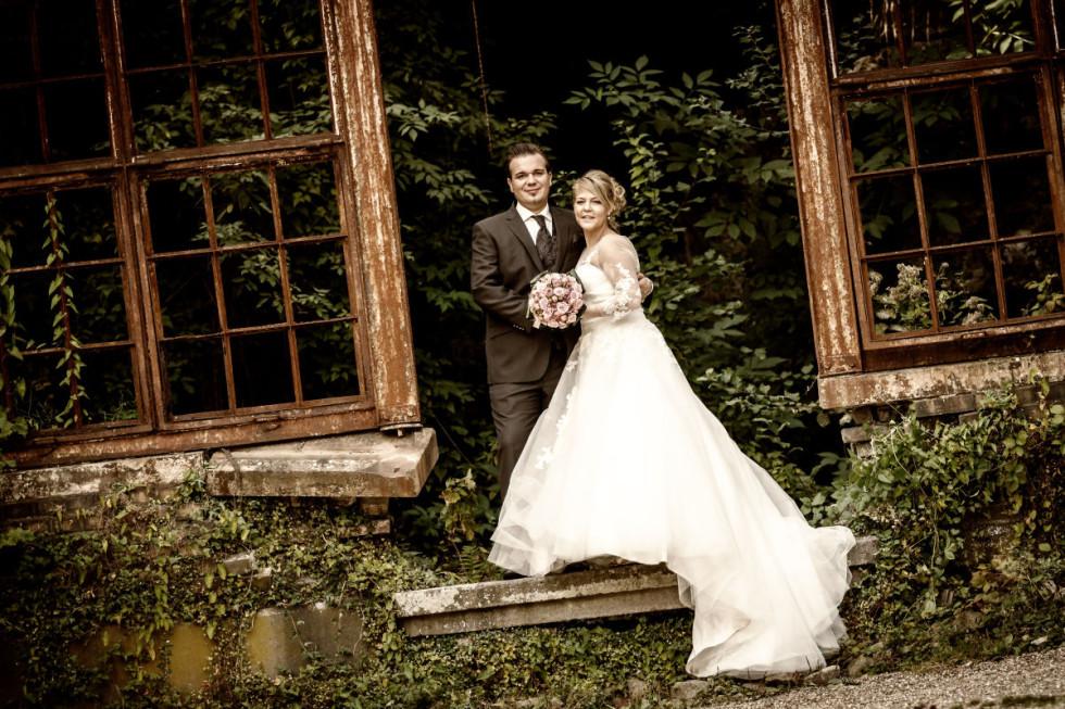 Jenny & Basti: Erblühte Liebe in verblühter Kulisse