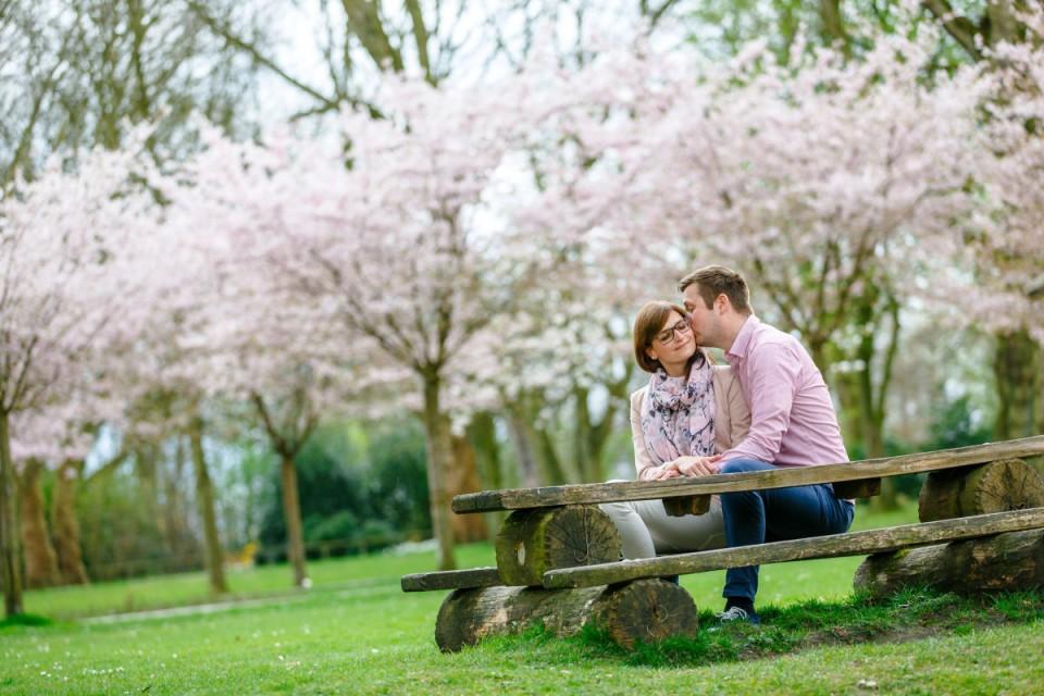 Engagementfotos mit Blüten