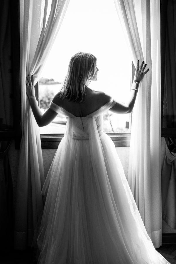 Die Braut sieht aus dem Fenster auf die Altstadt von Venedig