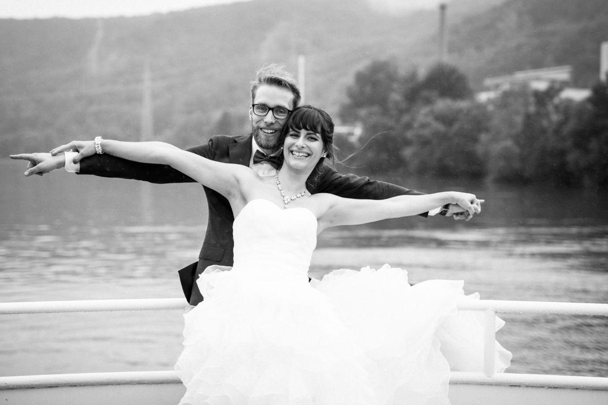 Das Brautpaar hat die Arme weit ausgebreitet.