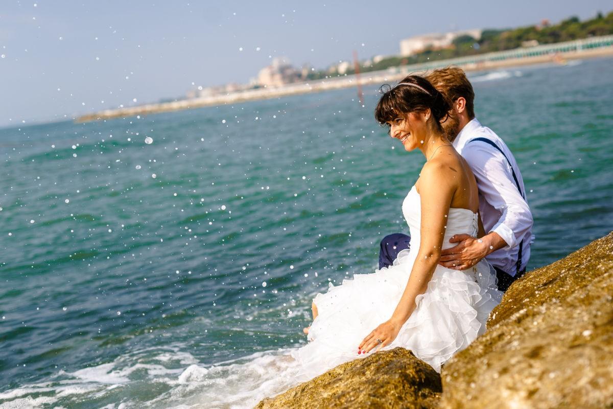 Hochzeitsfotos am Strand bieten eine tolle Möglichkeit, um in den Flitterwochen Zeit zu Zweit bildlich festzuhalten...