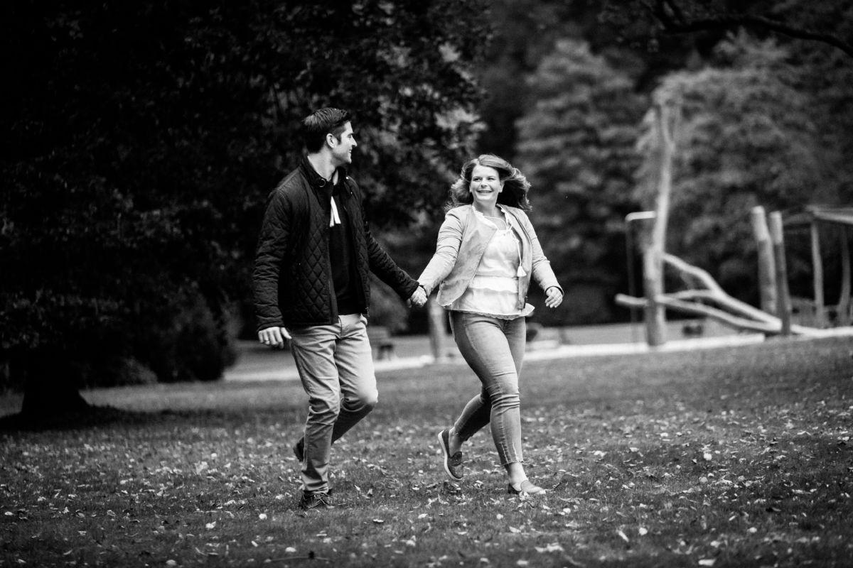Natürlichkeit ist bei authentischen Paarfotos besonders wichtig. Hie rennen Janine und Jens Hand in Hand und strahlen sich an.