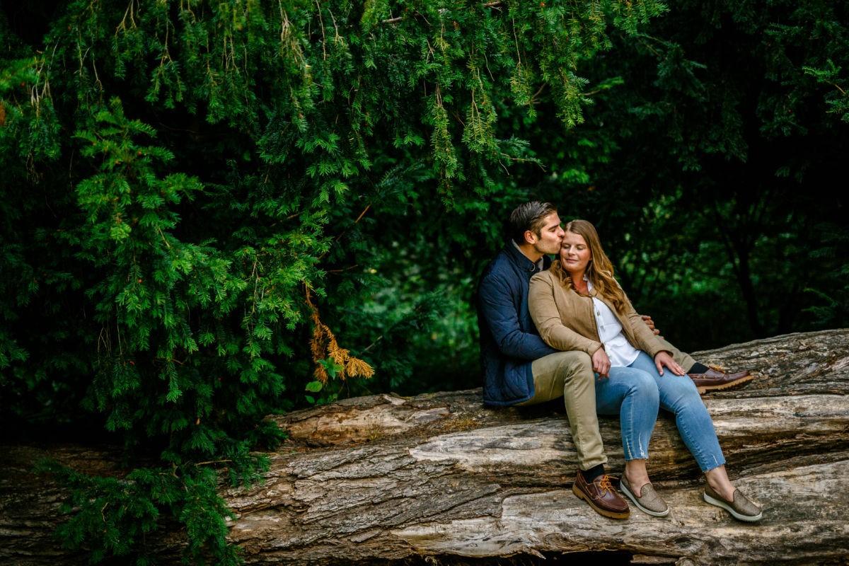 Bei einem Paarshooting ist es wiichtig, dass das Paar die gemeinsame Zeit genießt. Hier kuscheln sich Janine und Jens aneinander während wir shooten.