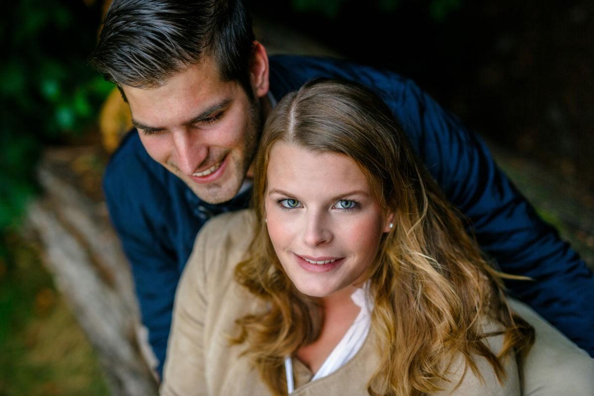 So persönliche Aufnahmen entstehen bei einem Verlobungsshooting. Das Paar kuschelt sich zusammen während wir authentische Bilder machen.