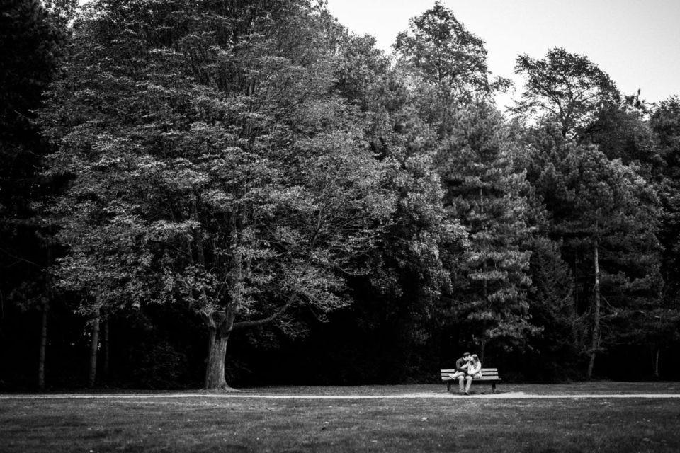 Engagementshooting in Mönchengladbach; das Brautpaar küsst sich auf einer Parkbank