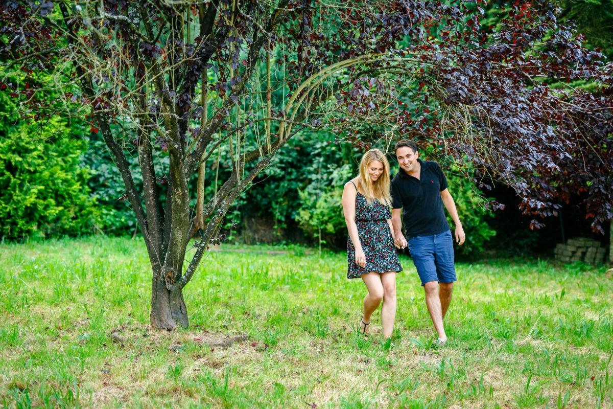 Vor den Hochzeitsfotos entstehen in einem Engagementshooting wunderschöne Verlobungsbilder