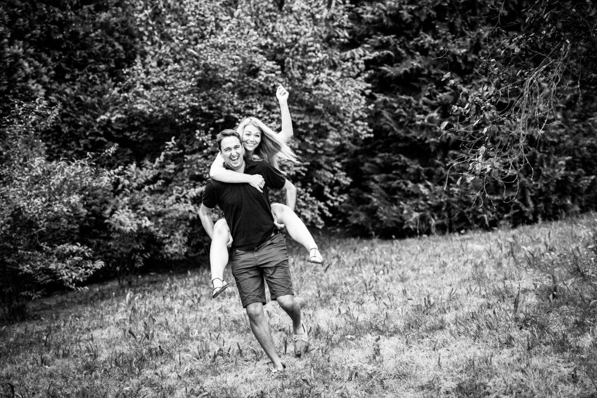 Bei einem Engagementshooting entstehen viele schöne Paarfotos die auch ideal für die Einladungskarte zur Hochzeit verwendet werden können