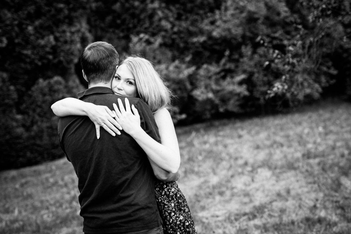 Paarfotos, die bei einem Verlobungsshooting entstehen, eignen sich ideal für die Einladung zur Hochzeit