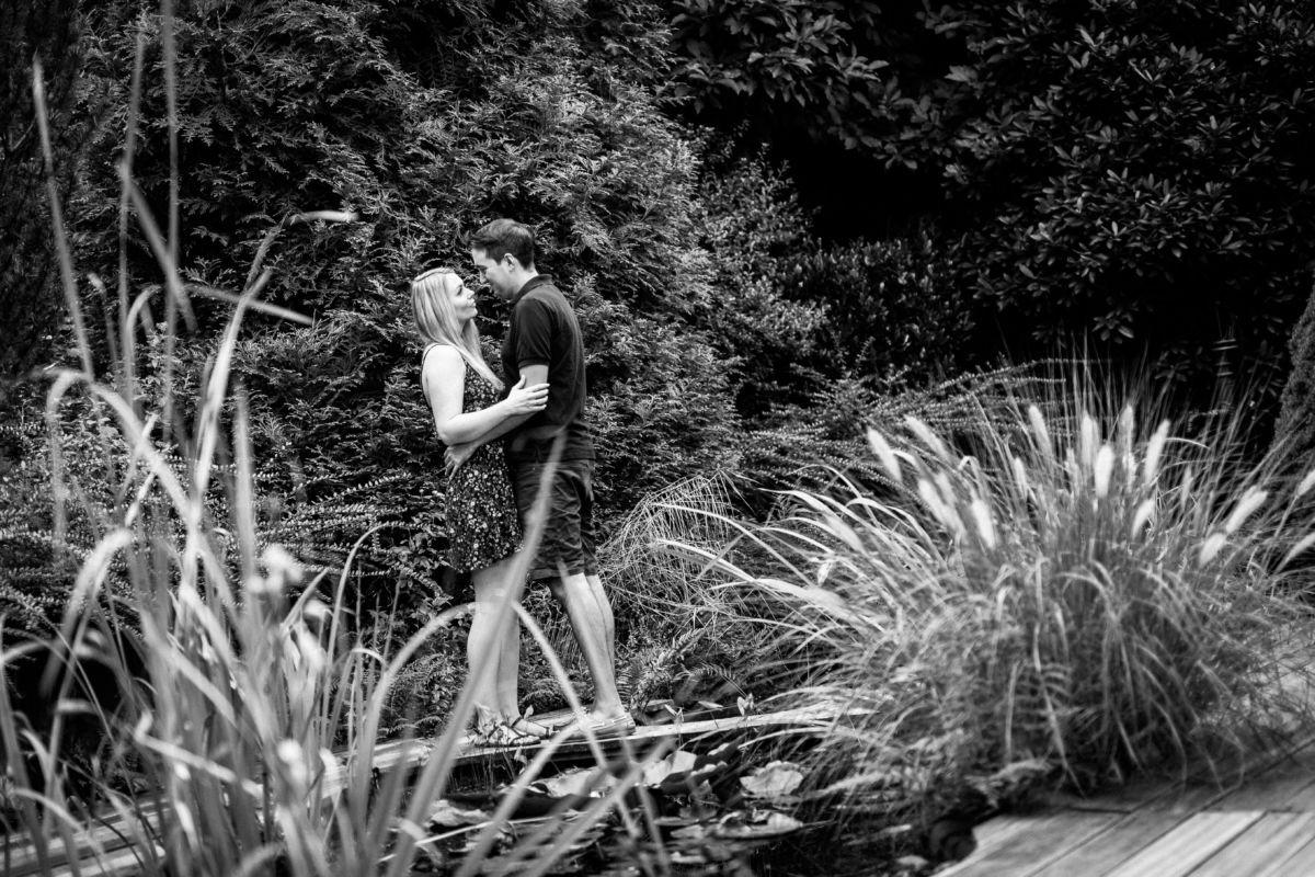 Bei einem Engagementshooting entstehen viele schöne Paarfotos; Dieses Brautpaar haben wir in Solingen geshootet