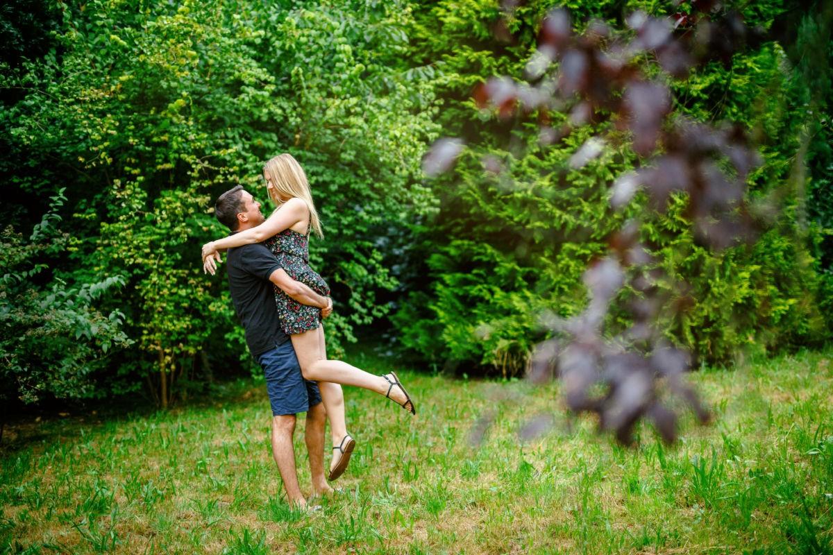 Bei einem Engagementshooting entstehen viele schöne Paarbilder.