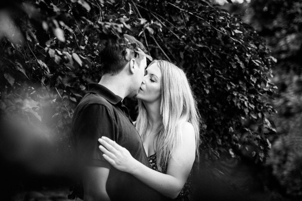 Bei diesem Paarshooting machten wir in einem Garten Verlobungsbilder.