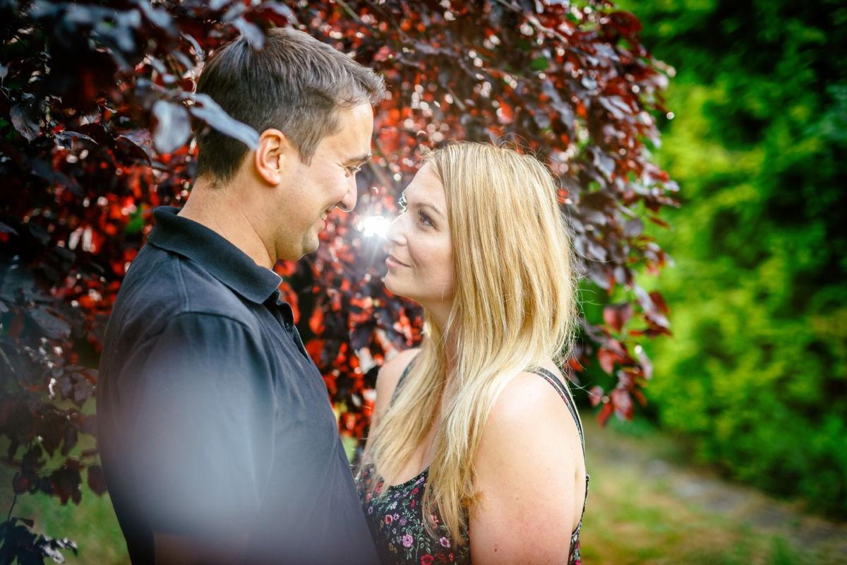 Bei diesem Verlobungsshooting machen wir im Garten authentische Paarfotos.