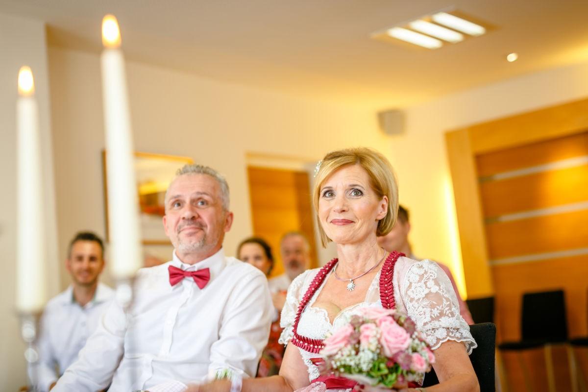 Das Brautpaar wird in Österreich am Standesamt getraut