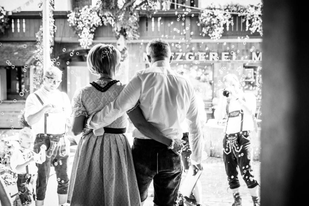 Das Brautpaar wird mit Seifenblasen empfangen