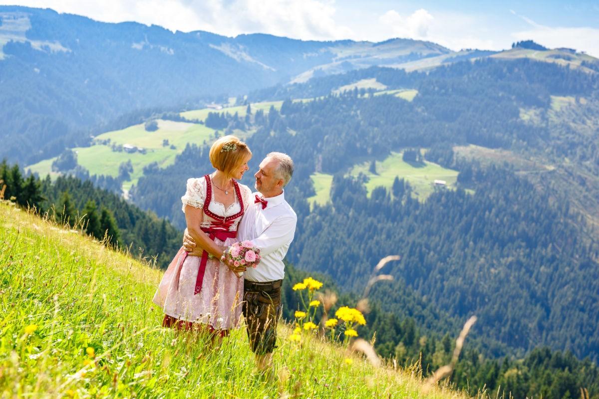 Hochzeit in Tracht auf der Brenner Alm in Tirol