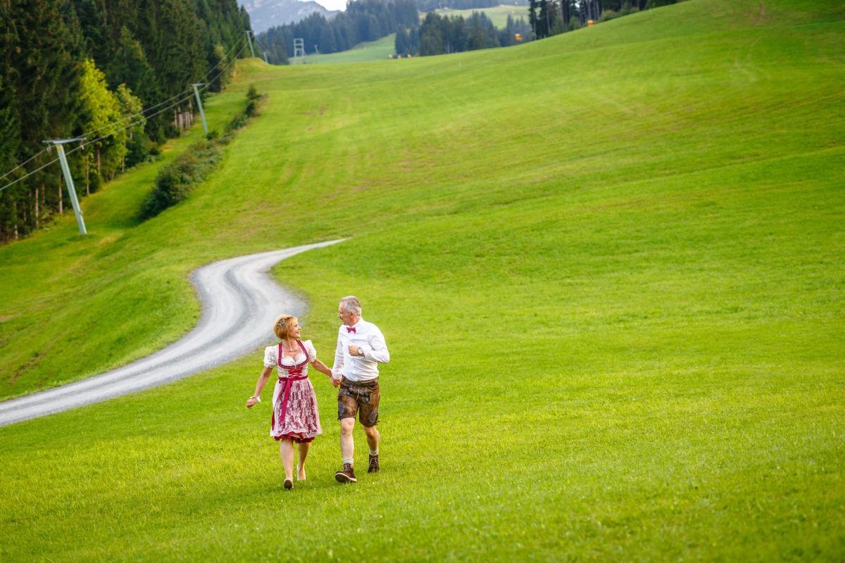 Hochzeit in Tracht in den Bergen Österreichs
