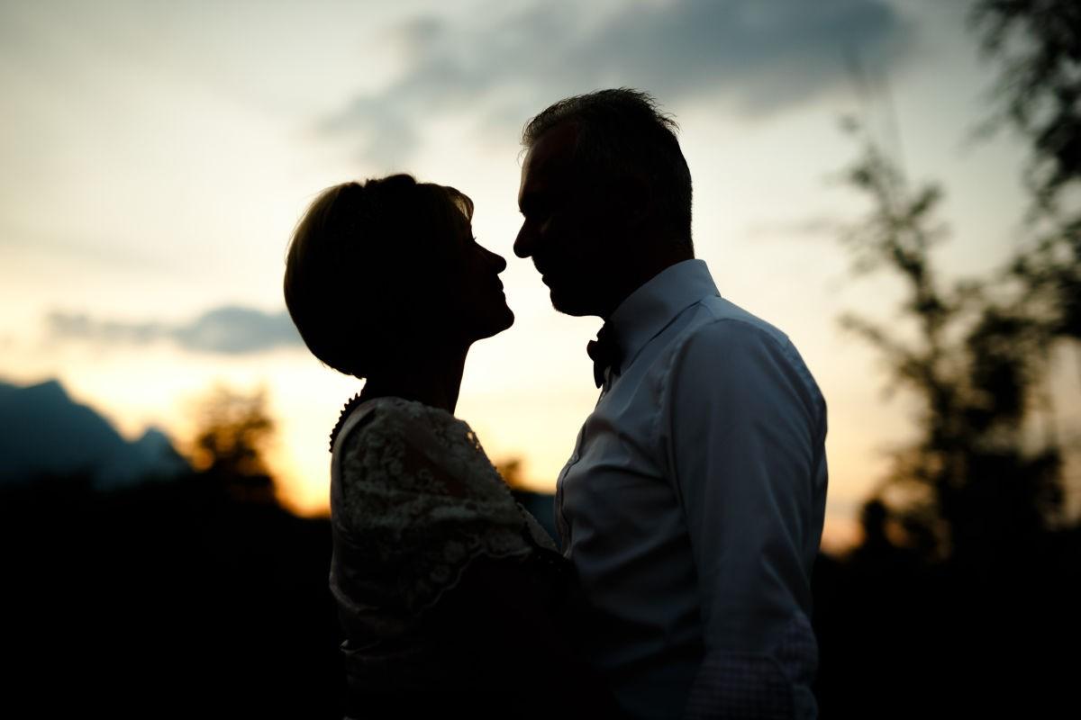 Hochzeitsfotos Tirol, abends nehmen wir das Brautpaar gerne mit hinaus und schießen stimmungsvolle Bilder im Halbdunkel