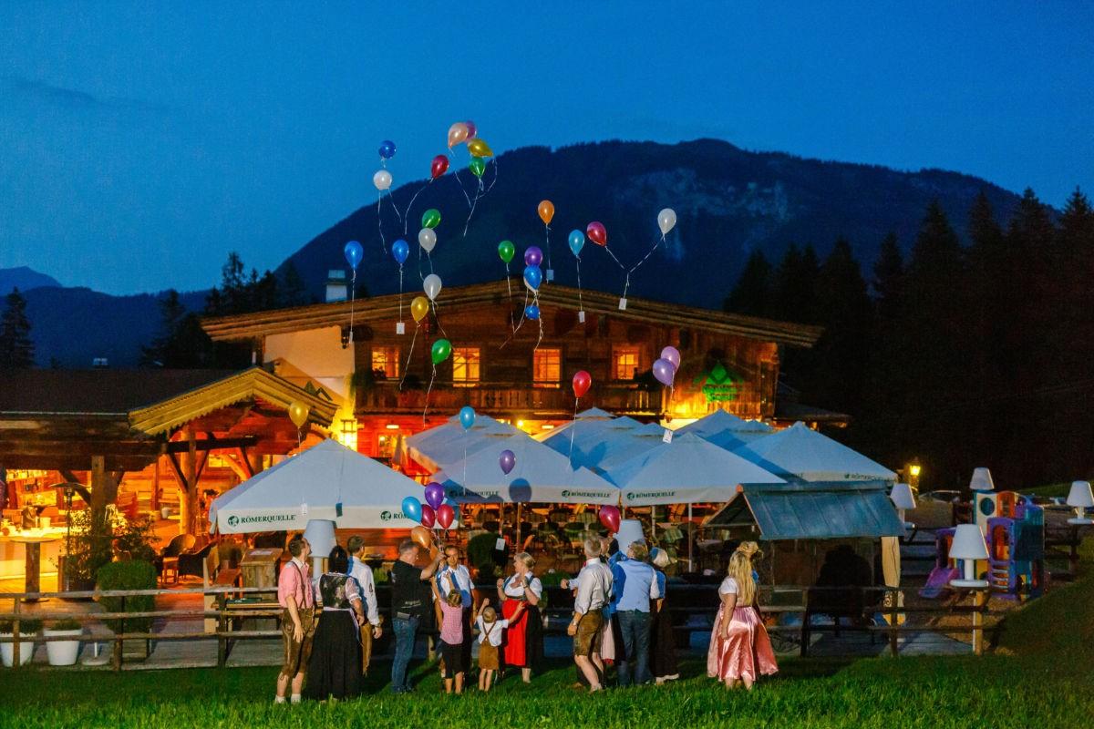 Die Gäste lassen dem Brautpaar zu Ehren Luftballons in den Himmel steigen