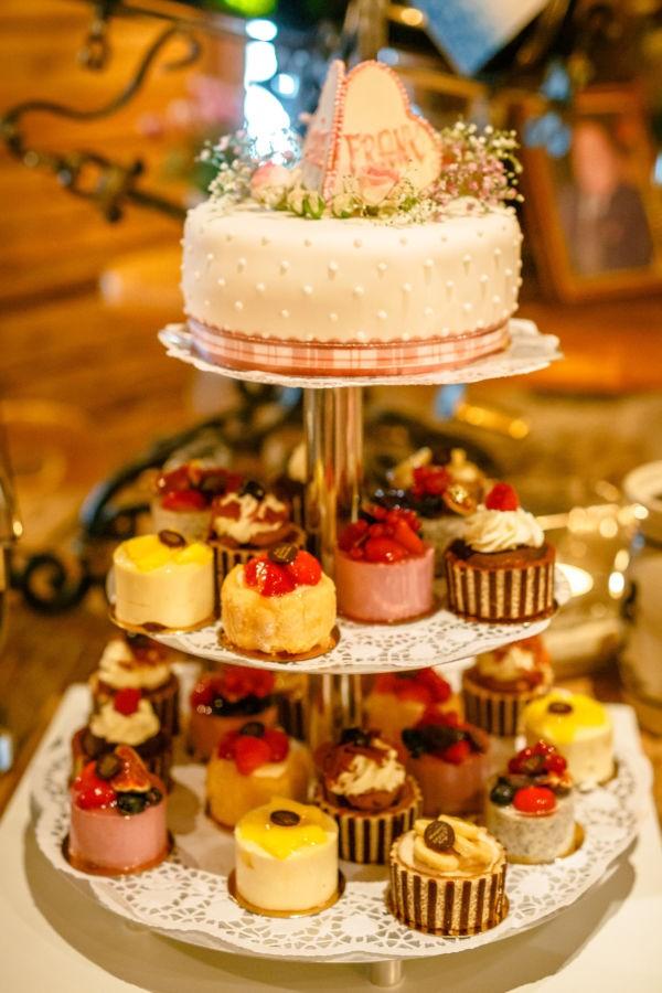Hochzeitstorte mit Cupcakes bei der Hochzeit in Tracht