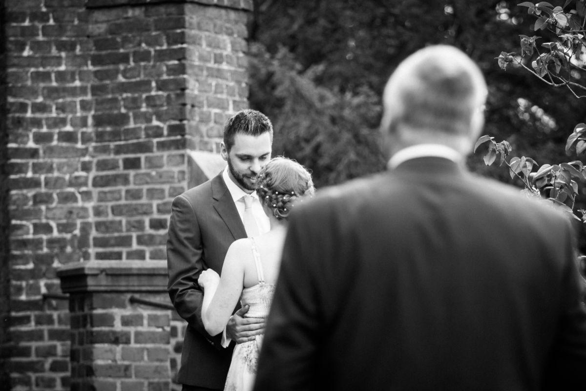 das Brautpaar sieht sich vor der standesamtlichen Trauung in der Marienburg in Langenfeld das erste Mal