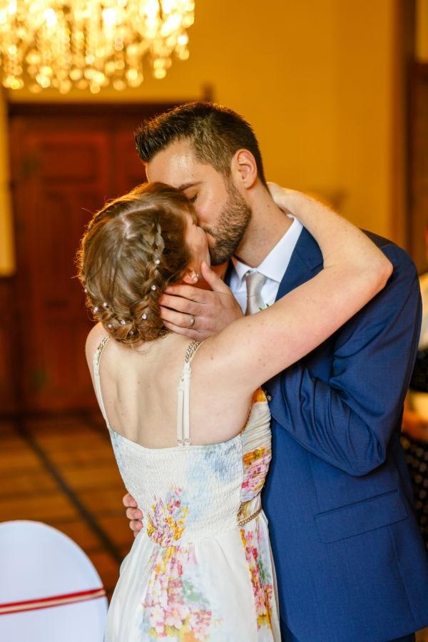 Nach dem JA-Wort in der Marienburg in Langenfeld küsst sich das Brautpaar