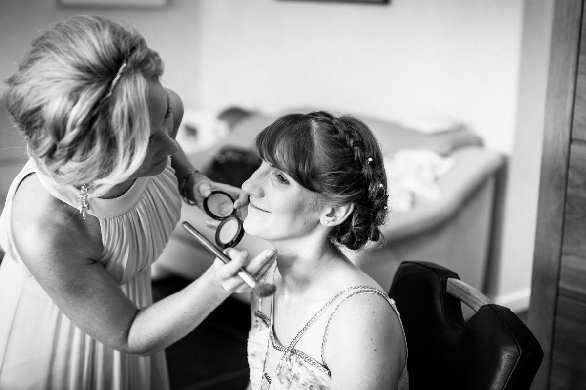 Hochzeitsfotograf Langenfeld: Die Braut wird geschminkt