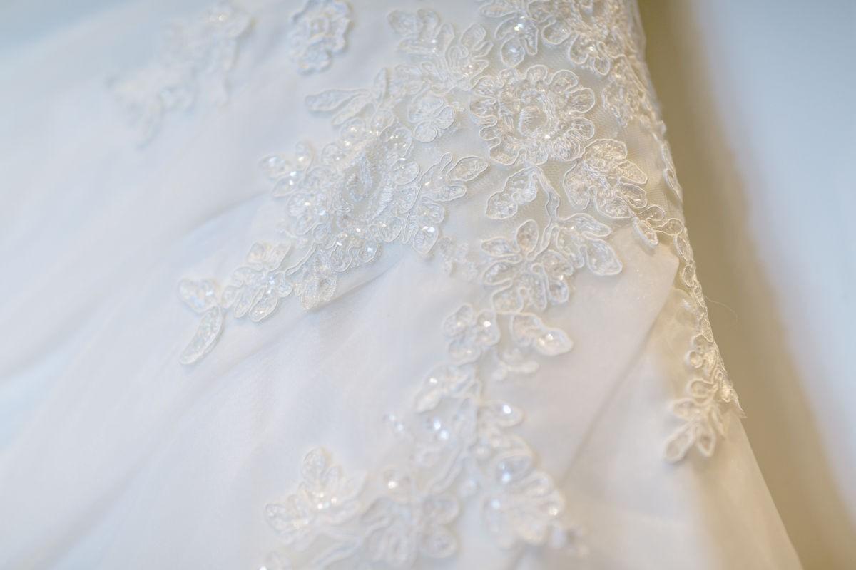 die Spitze des Brautkleides wird beim Getting ready von den Hochzeitsfotografn in Szene gesetzt