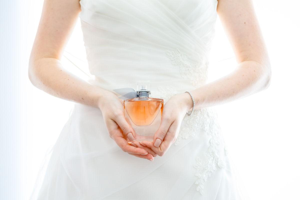 Parfum bei der Hochzeit: Auch das Parfum wird beim Getting Ready vor der Hochzeit fotografiert