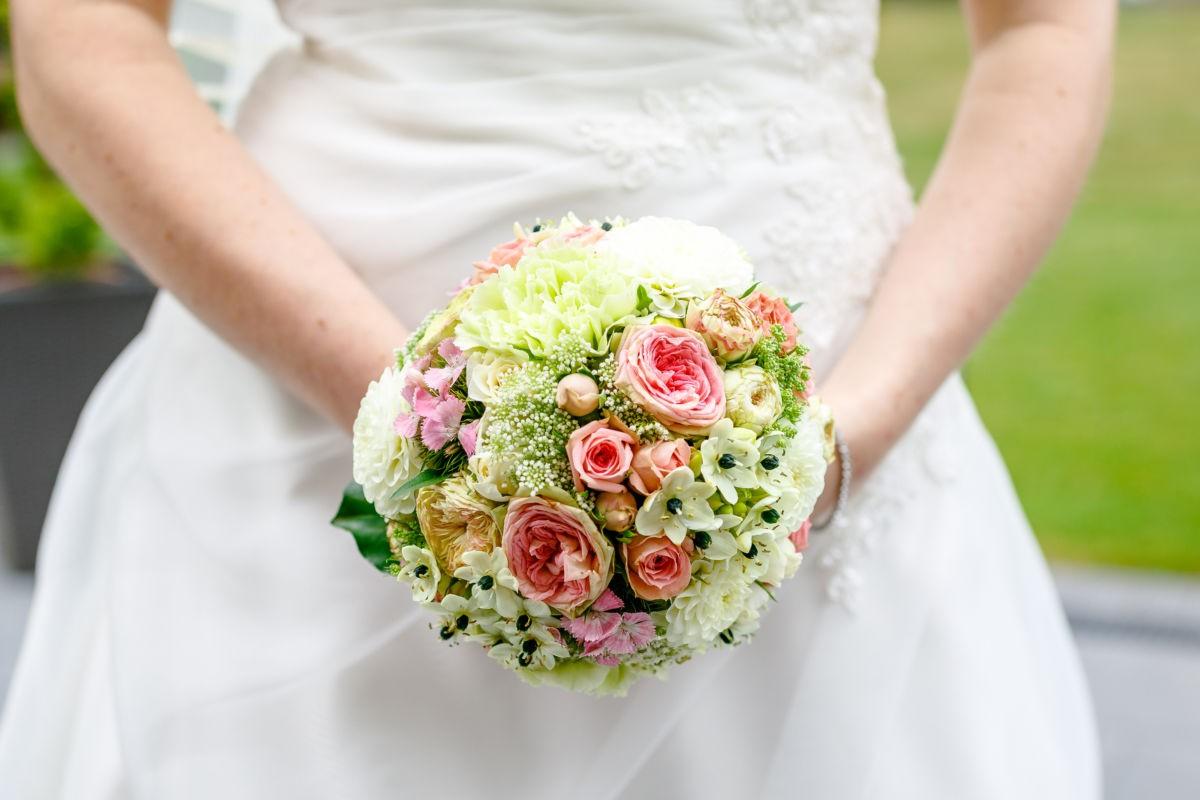 Nahaufnahme des Brautstraußes in den Händen der Braut