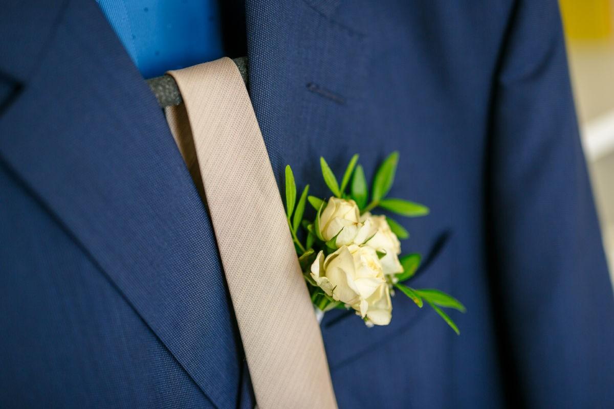 Beim Getting Ready des Bräutigams wird auch der Anzug im Detail fotografiert