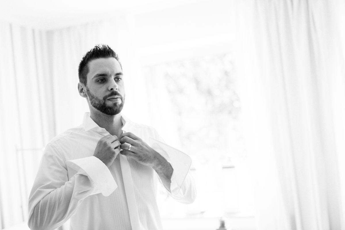 Der Bräutigam macht sich für seine Hochzeit in Langenfeld zurecht