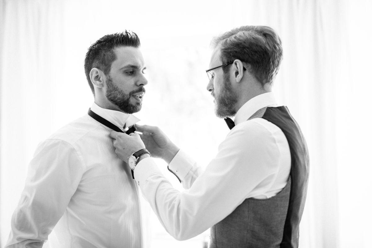 Beim Getting Ready hilft der Bestman dem aufgeregten Bräutigam