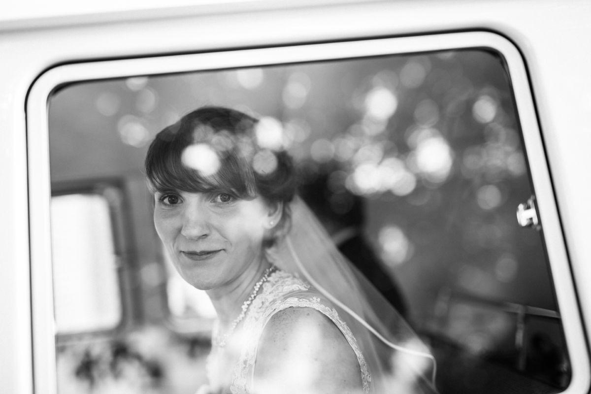 Durch die Autoscheibe hindurch ist auf diesem Hochzeitsfoto in Langenfeld die Braut zu sehen