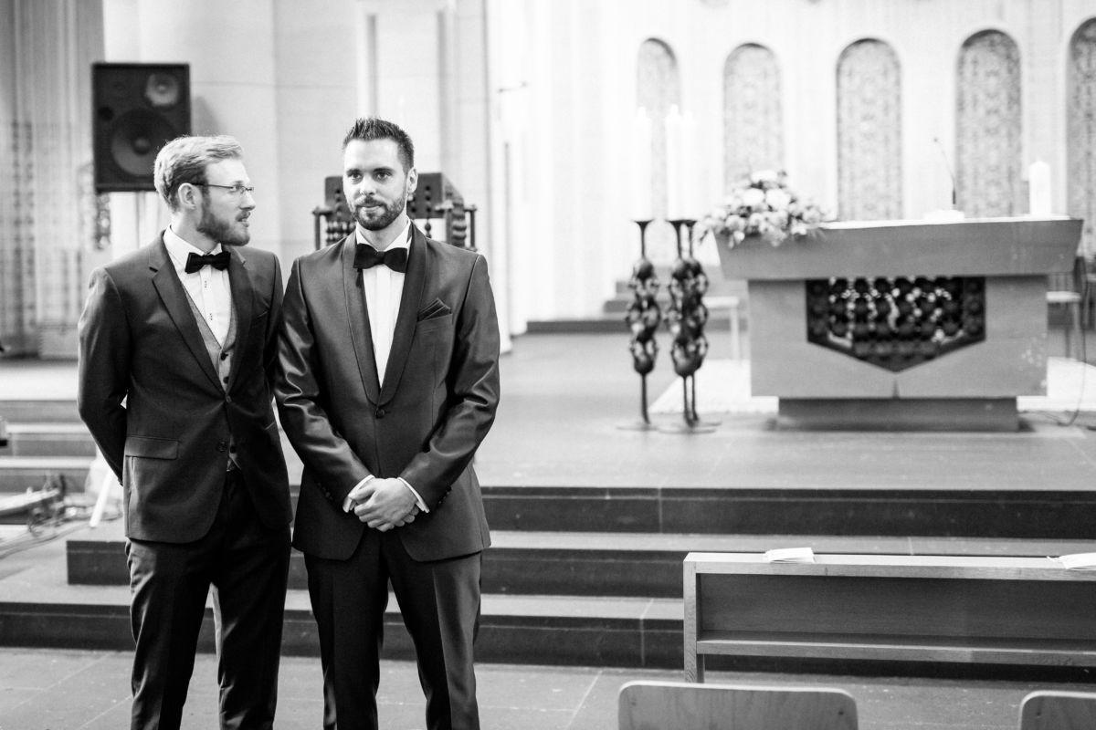 Der Bräutigam wartet mit seinem Trauzeugen aufgereht vor dem Altar