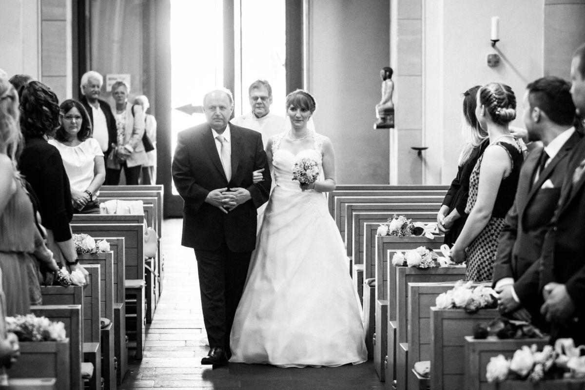Der Vater der Braut führt seine Tochter zum Altar