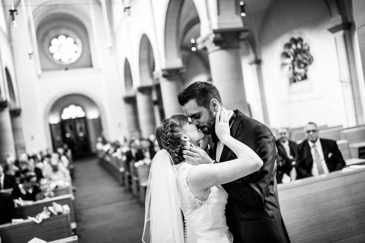 Nach dem JA Wort küsst sich das Brautpaar in der Kirche