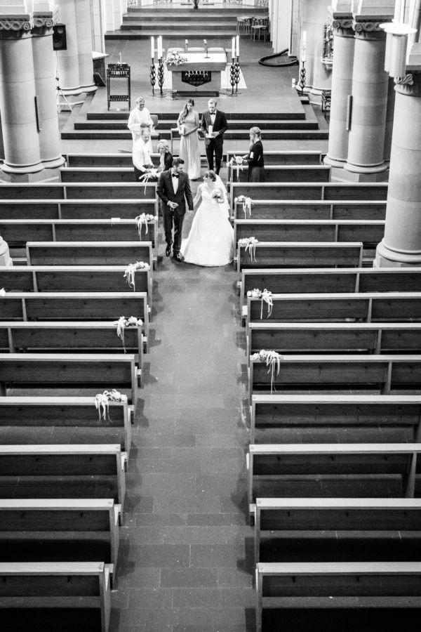 Das frisch verheiratete Paar verlässt Hand in Hand die Kirche