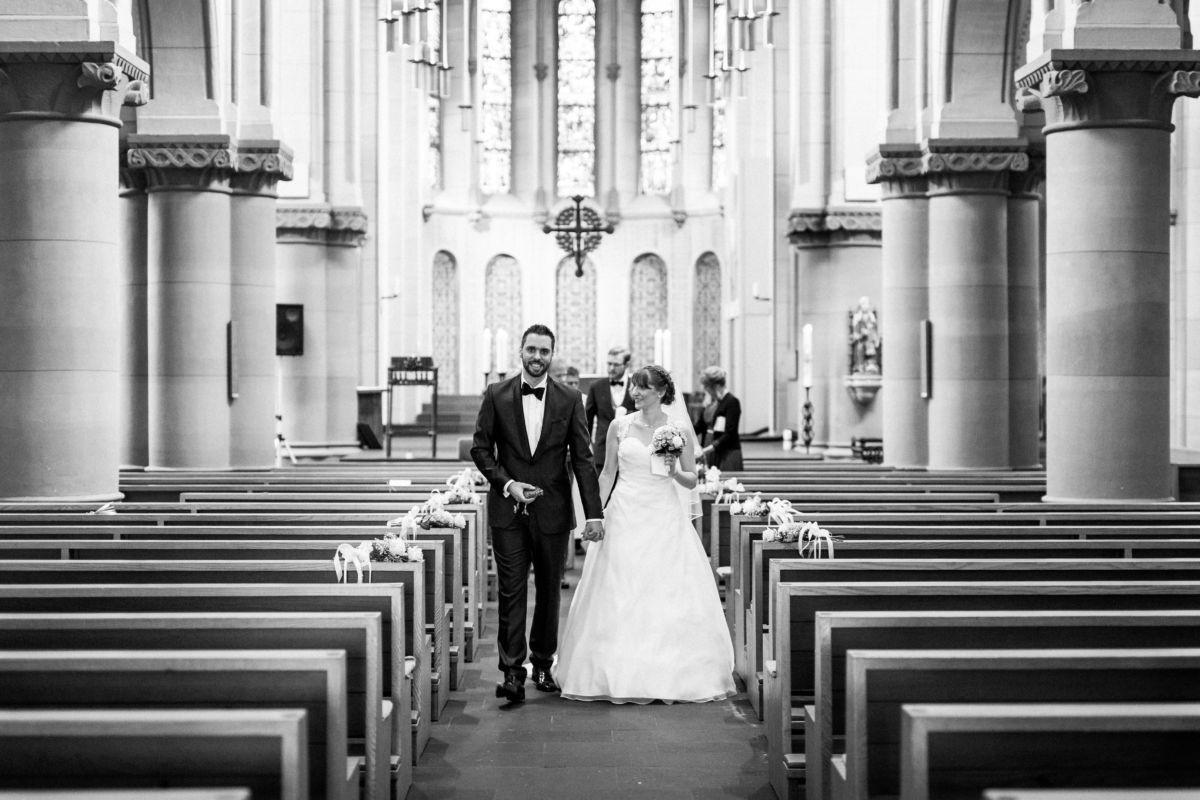 Das Brautpaar verlässt Hand in Hand die Kirche