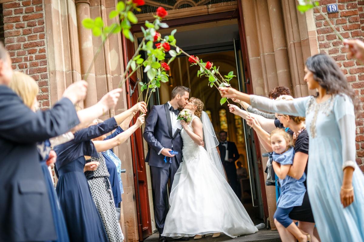 Hochzeitsfotos in Langenfeld; Hochzeitskuss vor der kirchentür