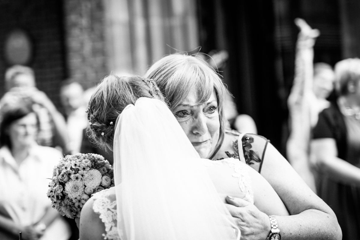 Bei einer Hochzeitsreportage entstehen auch emotionale Bilder der Gäste