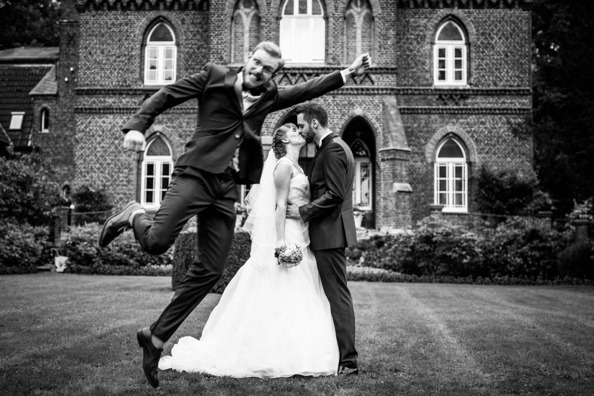 Der Trauzeuge springt wie Superman durchs Hochzeitsfoto