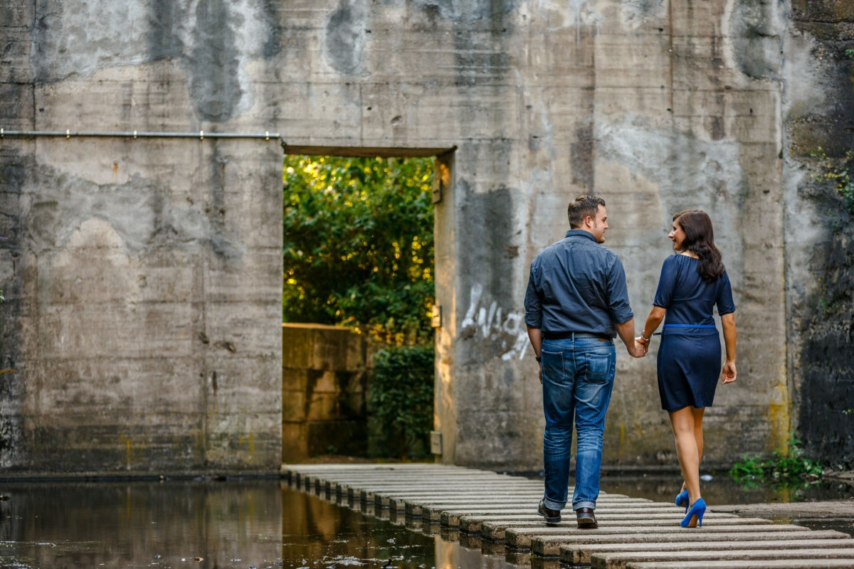 Bei einem Verlobungsshooting entstehen viele schöne Paarfotos, wie hier im Landschaftspark Duisburg Nord