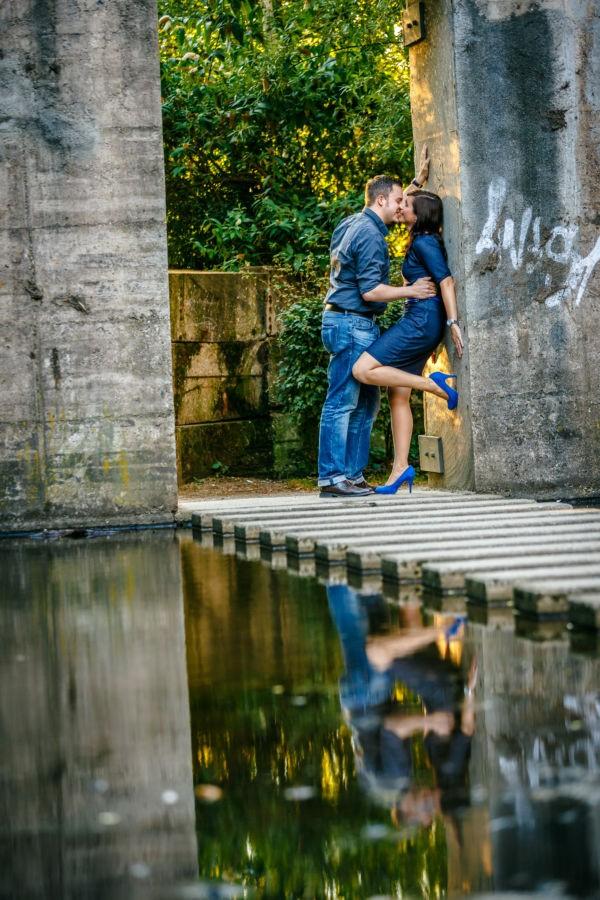 Bei einem Engagementshooting entstehen viele persönliche Paarfotos; hier ist das Brautpaar im Landschaftspark und spiegelt sich im Wasser
