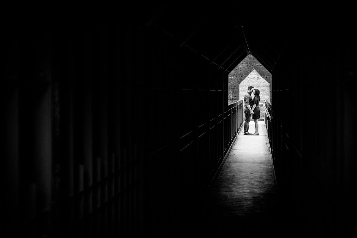 Das Paar schaut sich bei seinem Verlobungsshooting im Landschaftspark Duisburg Nord verliebt an.