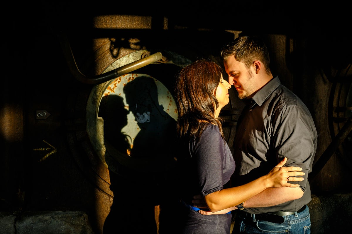 Bei einem Engagementshooting entstehen viele individuelle Paarfotos; hier zum Beispiel sieht man den Schatten der beiden im Hintergrund
