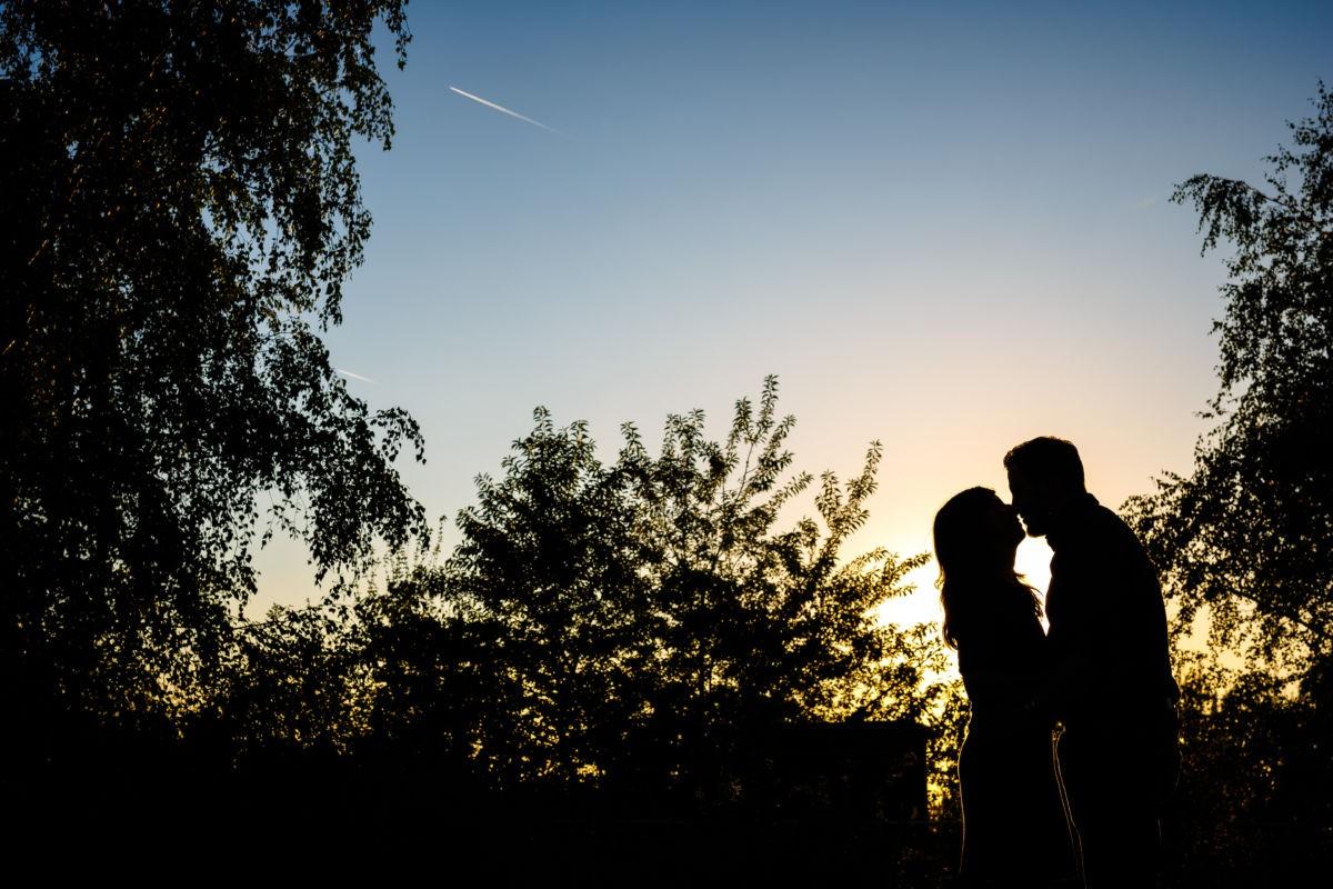 Bei diesem Paarshooting entstanden viele schöne Paarfotos in Duisburg. Hier könnt ihr ein Silhouettenfoto sehen.