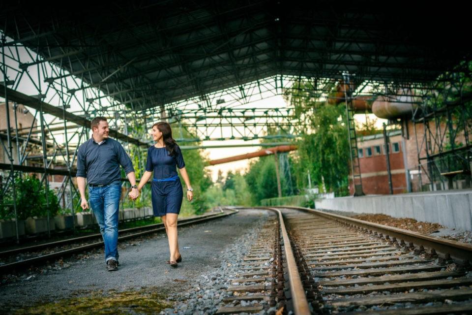 Bei einem Verlobungsshooting entstehen viele ungezwungene Paarfotos, wie hier im Landschaftspark Duisburg Nord.