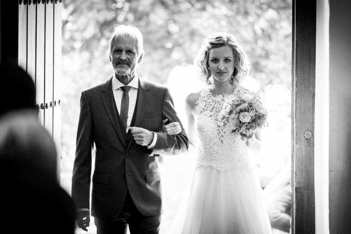 Der Brautvater führt die Braut am Arm in die Kirche
