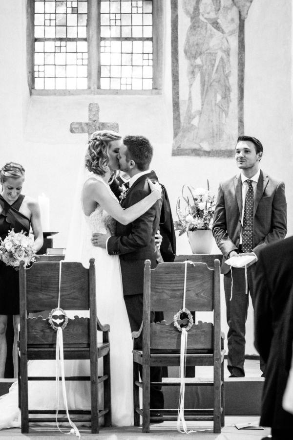 Nach er Trauung küsst sich das Brautpaar