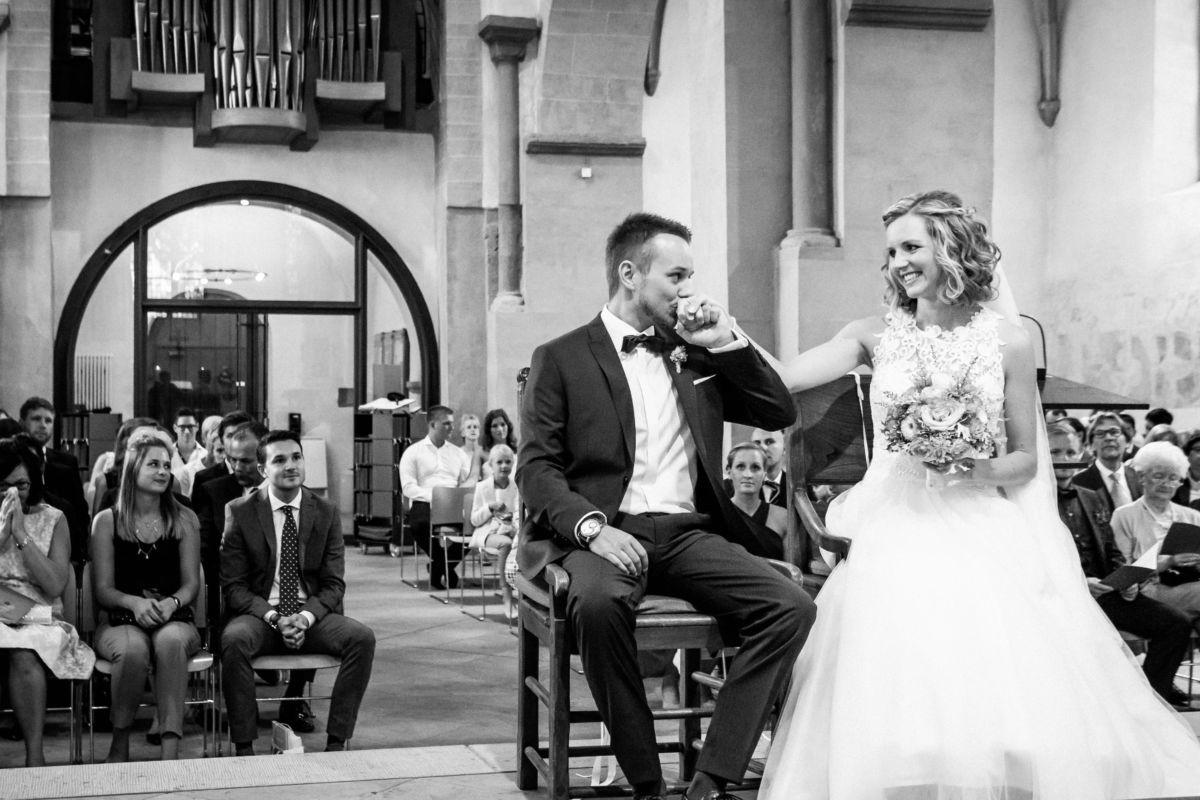 Der Bräutigam gibt seiner Braut einen Handkuss